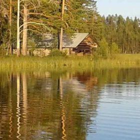Ett båthus vid sjön Ugsi i Älvdalen