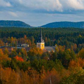 Älvdalens kyrka ligger strax intill Österdalälven i Älvdalen. I tornet hänger tre kyrkklockor. Storklockan är äldst och göts 1855. Foto: Fredrik Larsson
