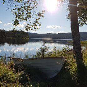 Båt i Rämmasjön som ligger vid land förtöjd, denna båt hyrs ut