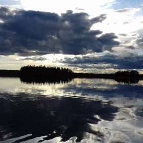 Fiske i Gryveldammen på kvällen i solnedgång