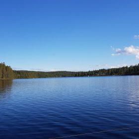 Bild på en spegelblank Rämmasjön