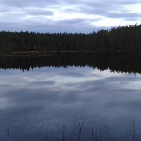 Spegelblankt i Märråtjärn, här kan du fiska öring och röding här i Älvdalen